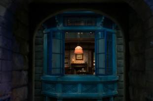 ⑥湿っ地屋敷青い窓