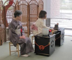お手前する長岡大学茶道部の学生さん